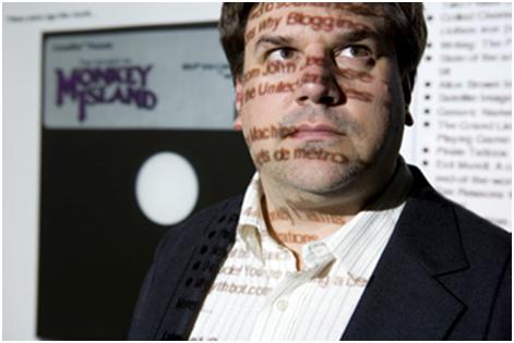 Ron Gilbert est programmeur, concepteur et producteur de jeux vidéo. Il est le créateur des classiques Maniac Mansion et The Secret of Monkey Island 1 et 2. Il a également conçu le langage de scripts SCUMM qui est le moteur des jeux d'aventure produits par LucasArts